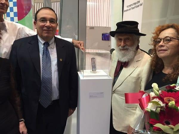האומן יעקב אגם וראש עיריית ראשון לציון דב צור קובעים את המזוזה